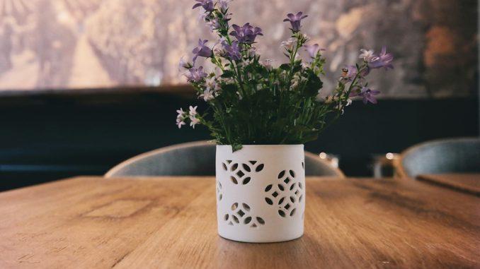 Najlepšie dekorácií sú čerstvé kvety na stole