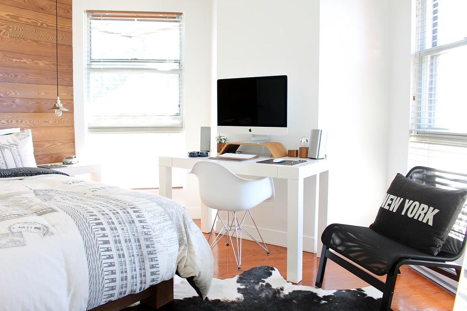 Detská izba s chytrou nápaditou posteľou a pracovným priestorom