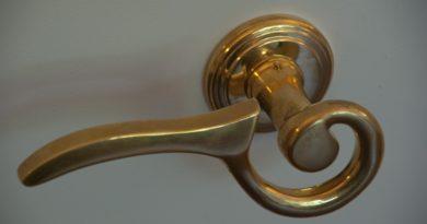 Praktické tipy, ako vybrať dverové kovania
